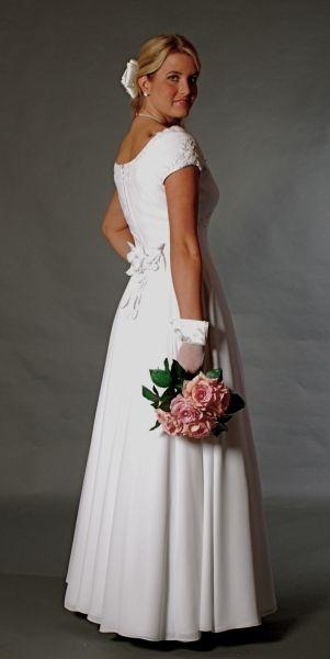 14ef6c6b34 Muszlin ekrü vagy fehér egyszerü polgári menyasszonyi ruha, Ro ...