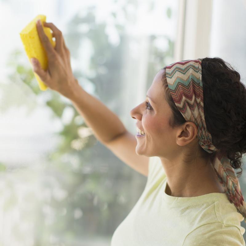 Ben jij het ook beu dat je na het wassen van je ramen onmiddellijk strepen hebt? Probeer ze dan een keer op een andere manier te wassen. Nog steeds met water en een zeemvel natuurlijk maar doe er eens wat azijn of glansspoelmiddel bij. In dit artikel ontdek je bovendien nog een aantal andere trucjes.
