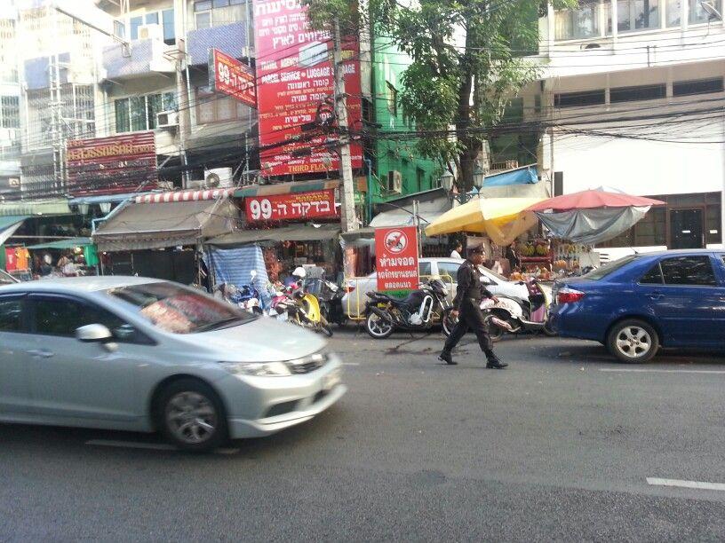 soldado estacionando moto em frente do aviso proibido moto. Nao disse que isso aqui eh igual o brasil?