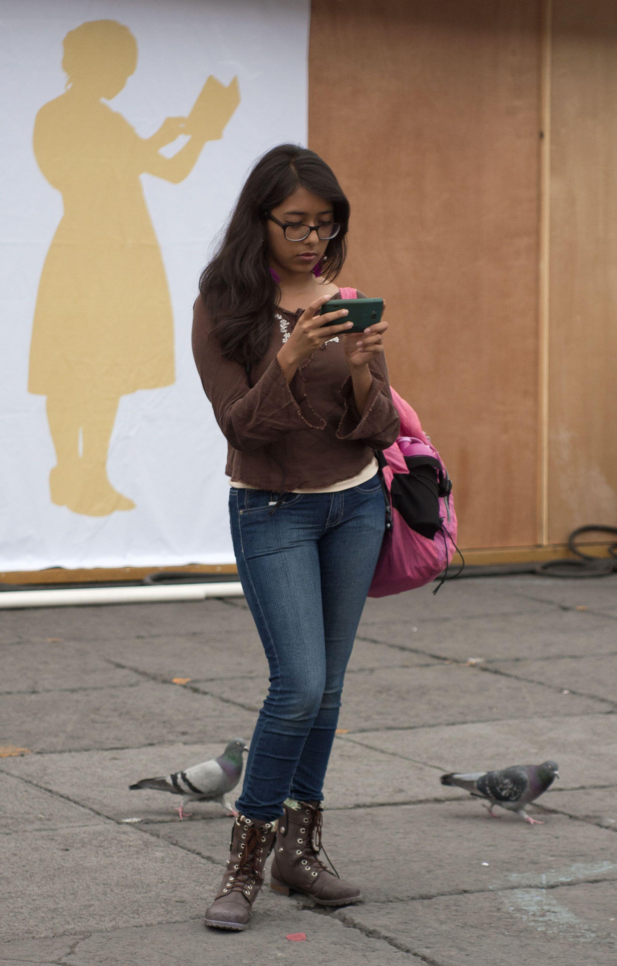 Lunes, 21 de Octubre 2013.  Jóvenes acuden ala XIII Feria Internacional del Libro del Zócalo de la Ciudad de Mexico.  Foto: Gregorio Cortes/Secretaria de Cultura