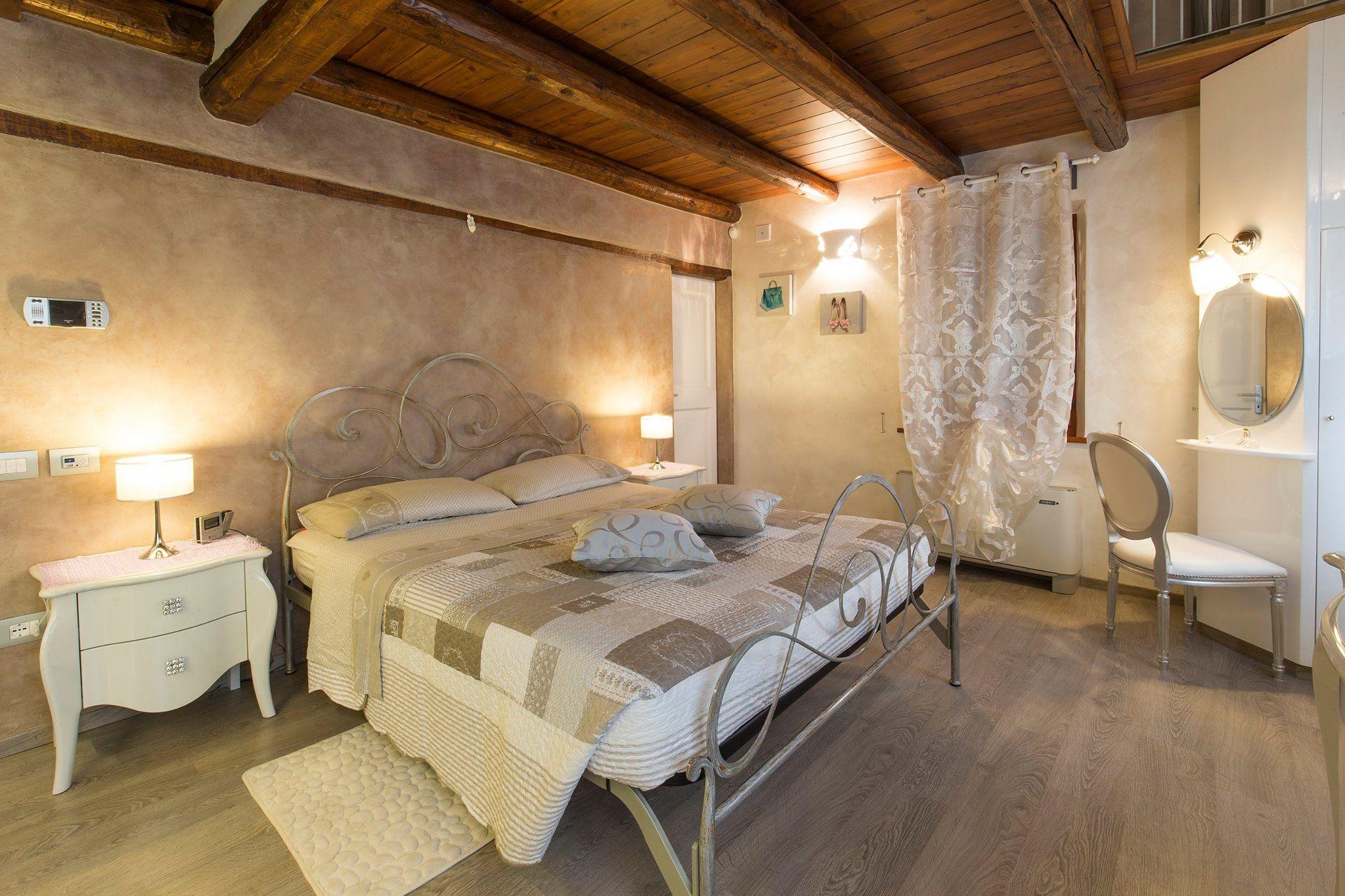 Schlafzimmer in klondike light von valpaint chambre for Les chambre a coucher