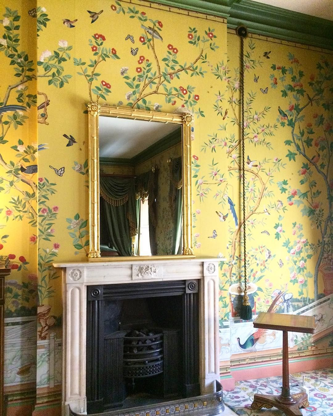 Queen victorias apartment at the royal pavilion in brighton england chinoiserie wallpaper