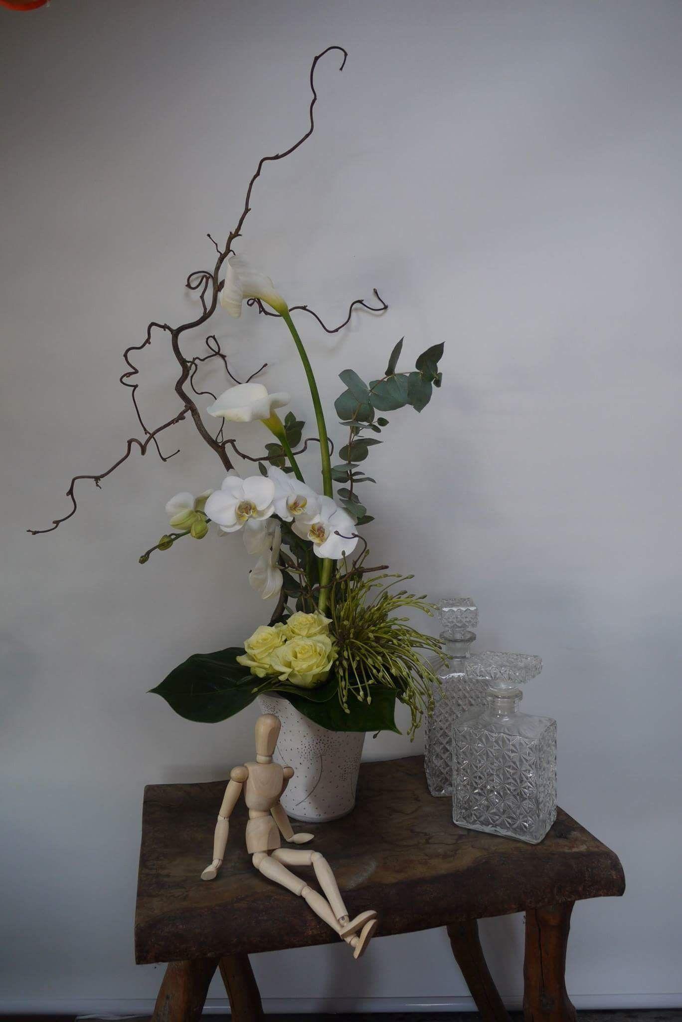 Composition orchidée blanche, roses vertes, fleurs d ail