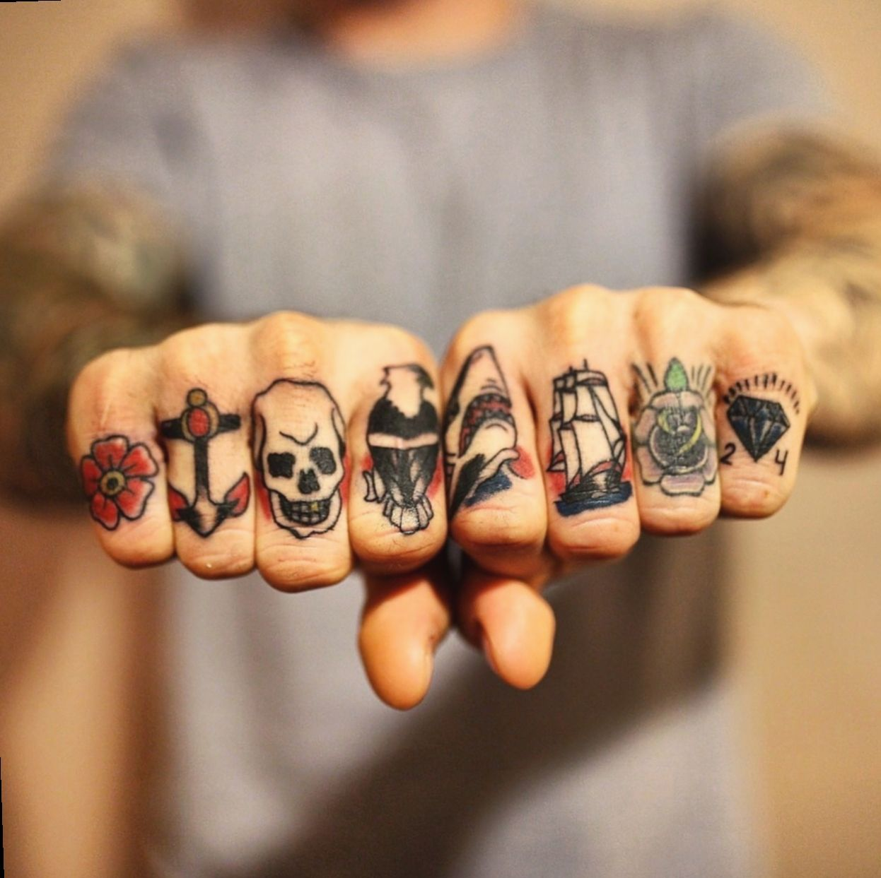 11 Tattoo Hand Men Old School In 2020 Traditional Hand Tattoo Hand Tattoos Knuckle Tattoos