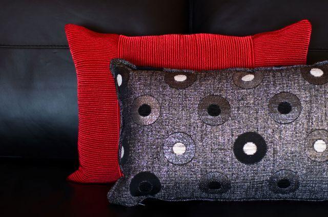 Decorar sal n en rojo negro y gris cojines decoraci n - Cojines de salon ...