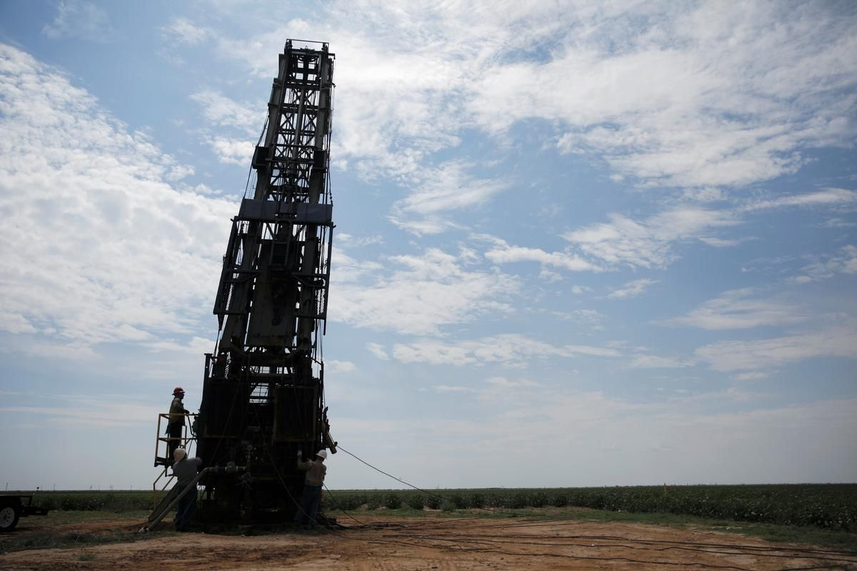 Column U.S. oil output continues to climb despite lower