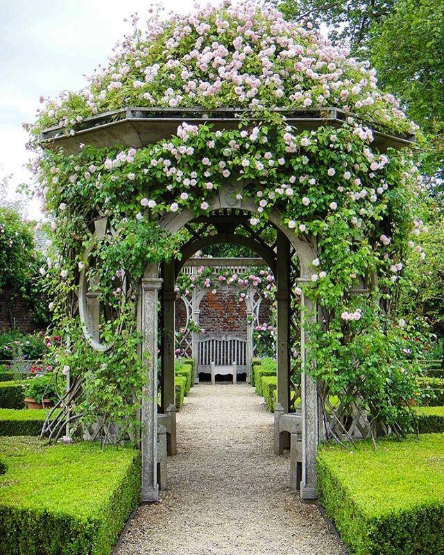 En el centro del jardín de rosas amurallado en Seend Manor es esta ...
