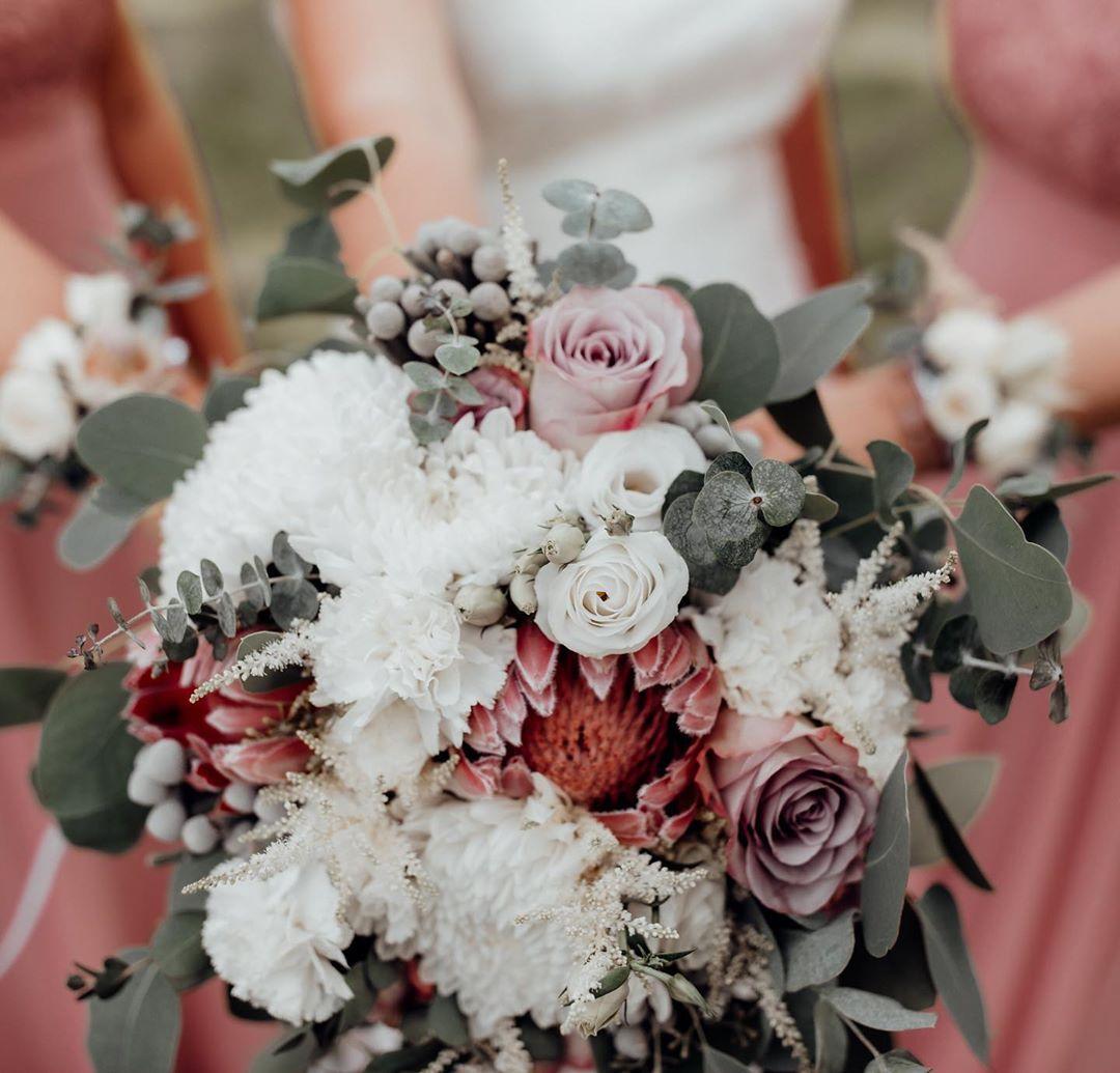 Schonen Und Happy Der Meiner Hochzeit Am Lesterhof Attractionwomangirls Attractionwoman Attraction Outfits Outfitideas Brautstrausse