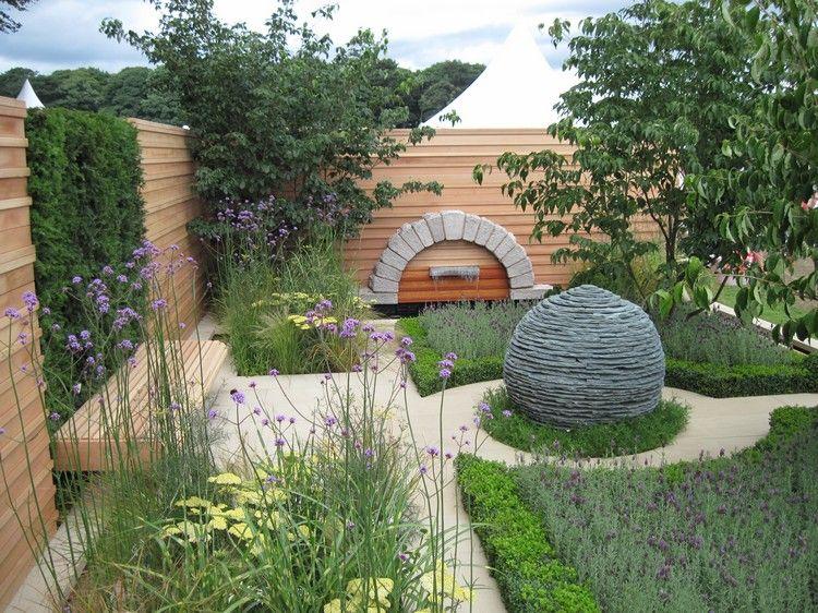 Aménager Un Petit Jardin Avec Pelouse Verte, Parterres De Fleurs