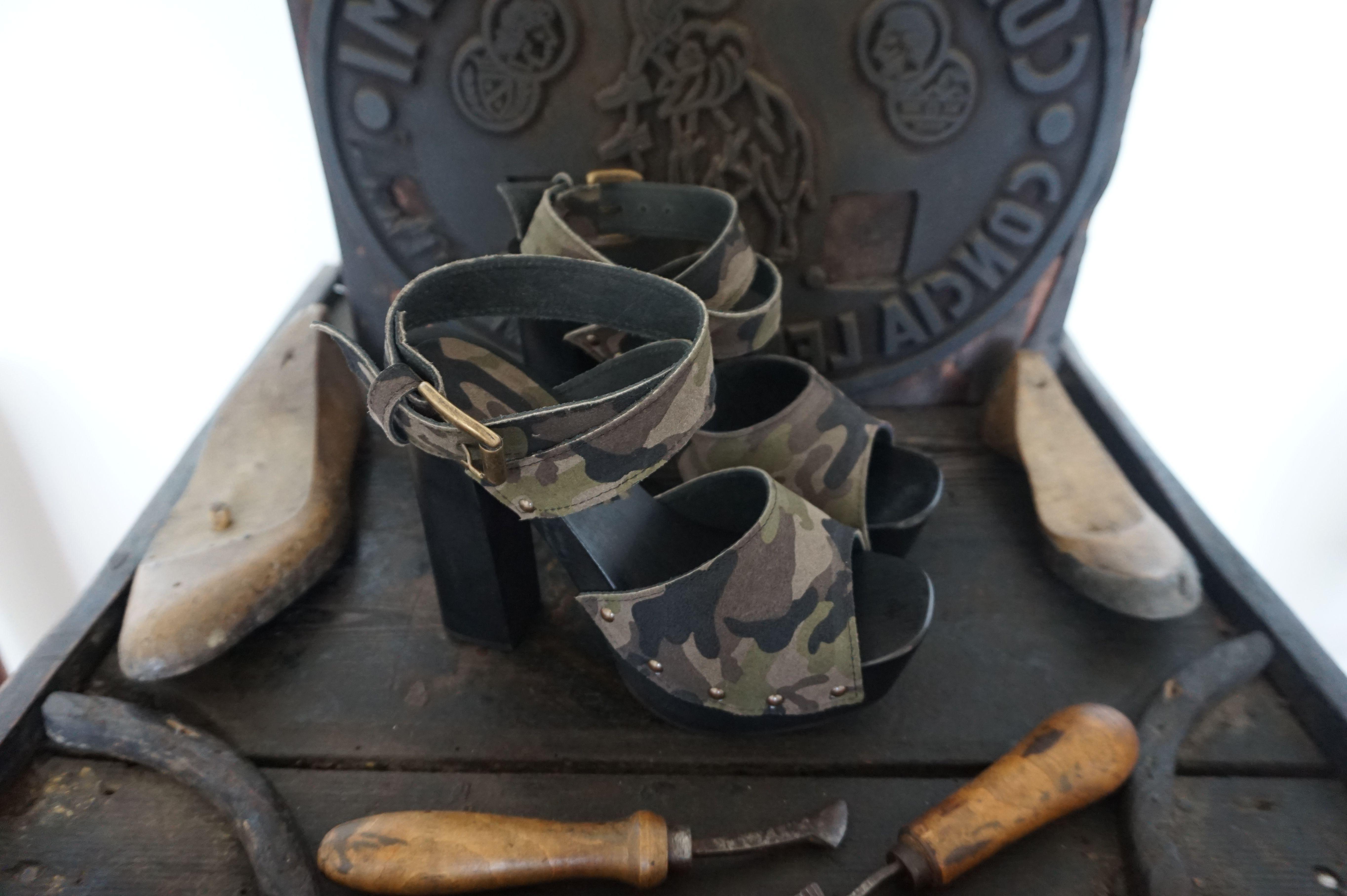 Zoccoli artigianali donna realizzati per una nostra cliente. Tomaio in Vera  Pelle con stampa mimetica e tacco legno h 14 cm color nero.