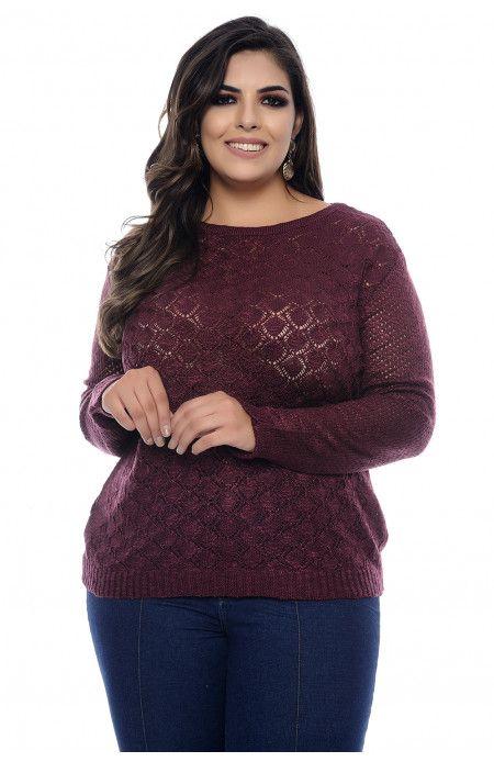 1f4812746 Blusa plus size em tricot rendado na cor uva. Tem gola redonda e barrado e