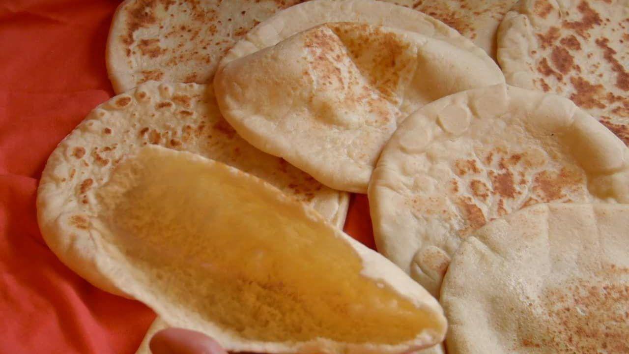 خبز الكماج الخبز الشامي خبز المقلاة خبز الساندويش خبز الفلافل خبز البطبوط تعددت المسميات Youtube Food Bread Camembert Cheese