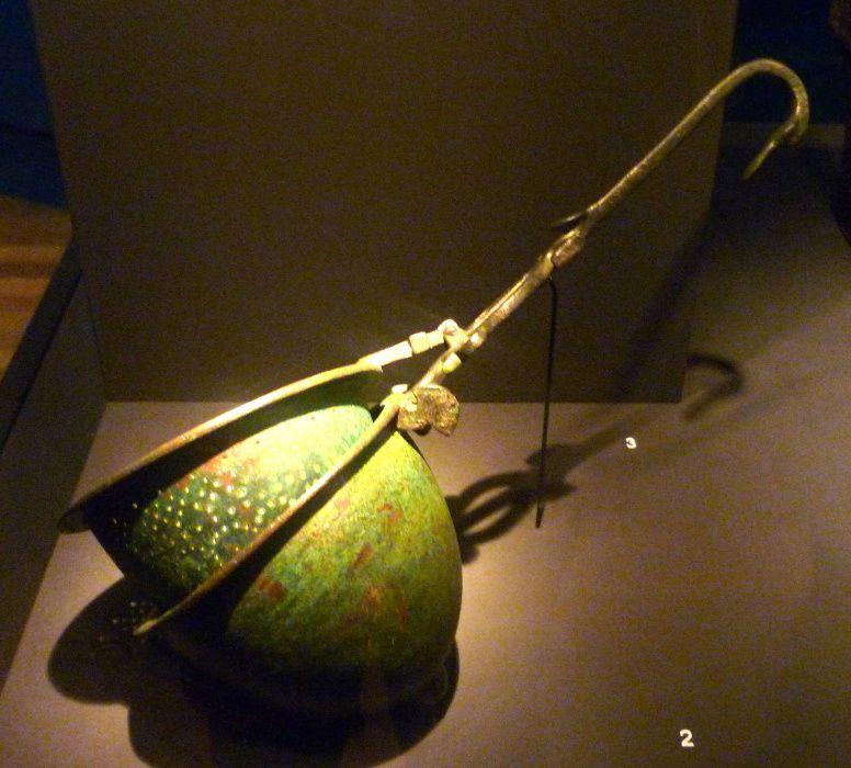 Etruskische wijnzeef, brons, 5e eeuw v.Chr. uit Italië. Museum Allard Pierson, Amsterdam. Foto Joke Lankester