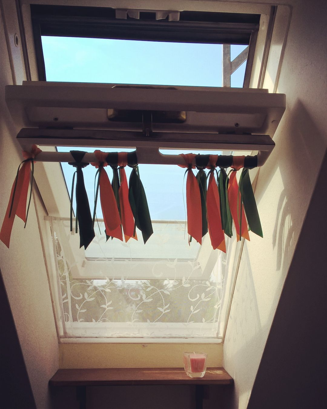 katzensicherung f r dachfenster klemmvorhangstangen und stoff nach ma zuschneiden. Black Bedroom Furniture Sets. Home Design Ideas
