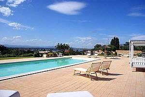 Villa Bianca: Ferienhaus in Syrakus Isola - Pool mit Meerblick... Hier können Sie sich an heißen Tagen erfrischen. - www.sicilia-ferien.de