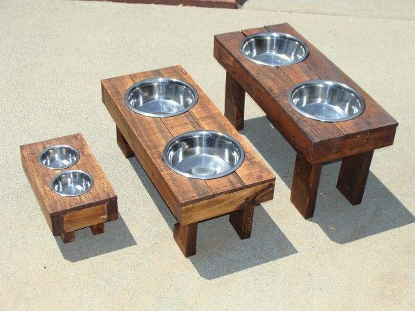 Raised dog food feeders in pallets #diy. /// Tolle Idee für die Haustiere: Futternapf für die Liebsten aus Paletten.