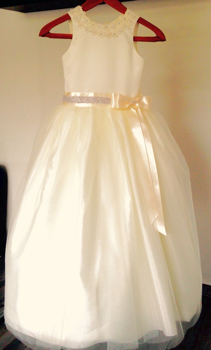 52672d693 Vestido de primera comunión Marca Lil Shantu de seda con tul y aplicaciones.