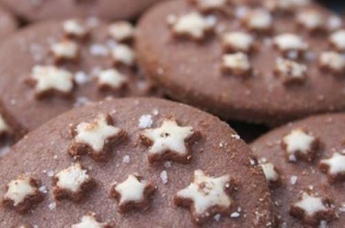 Non hanno bisogno di presentazioni, da sempre i biscotti pan di stelle hanno deliziato grandi e piccini! Ma avete mai provato a farli in casa? Certo, il marchio Mulino Bianco è una garanzia, ma vi assicuriamo che seguendo le nostre indicazioni otterrete dei pan di stelle niente male!
