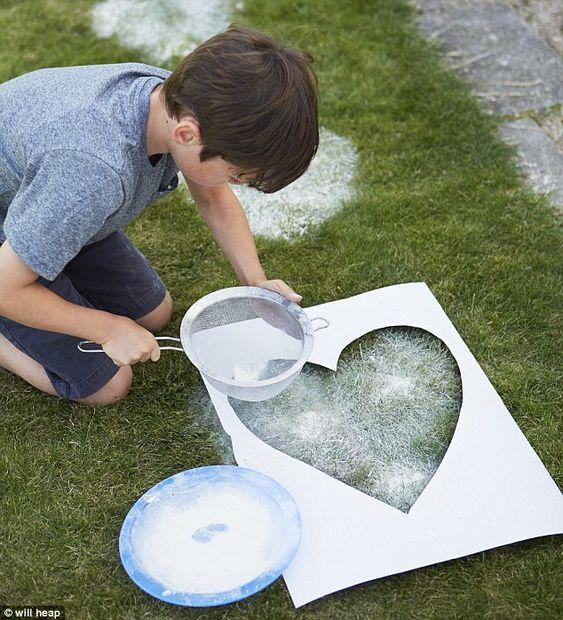 Een tijdelijk monument (alternatief voor ballonoplating) om geliefden te herdenken met behulp van een sjabloon, bloem en een zeef.