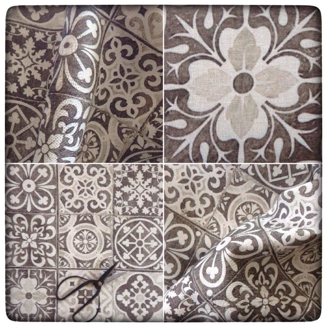 Autre version, autre motif en gris taupe... Il sera vendu au mètre ...