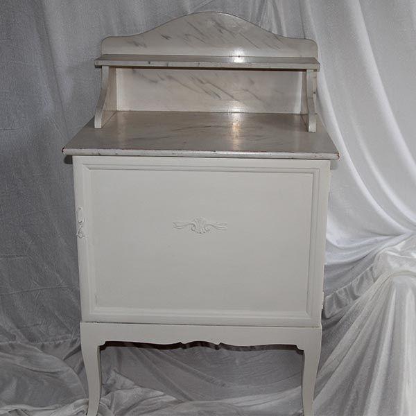 Mørk natbord malet over med Original hvid x 3 gange og vokset med lys voks. Toppen er fake marmor/ marmoreringsteknik fra gamle dage - og passer godt sammen med det lyse farve nu.