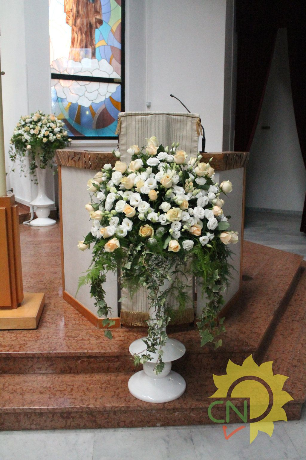 Fiori Chiesa.Matrimonio Con Lisianthus Bianchi E Rose Avalanche Color Pesca