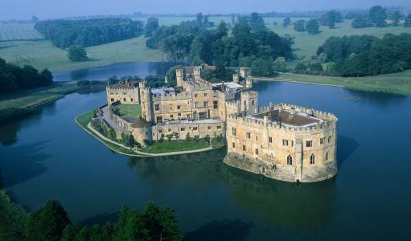 Leeds Castle is one of the most famous castles in England. Beautifully situated on two small islands in a lake in the heart of Kent.