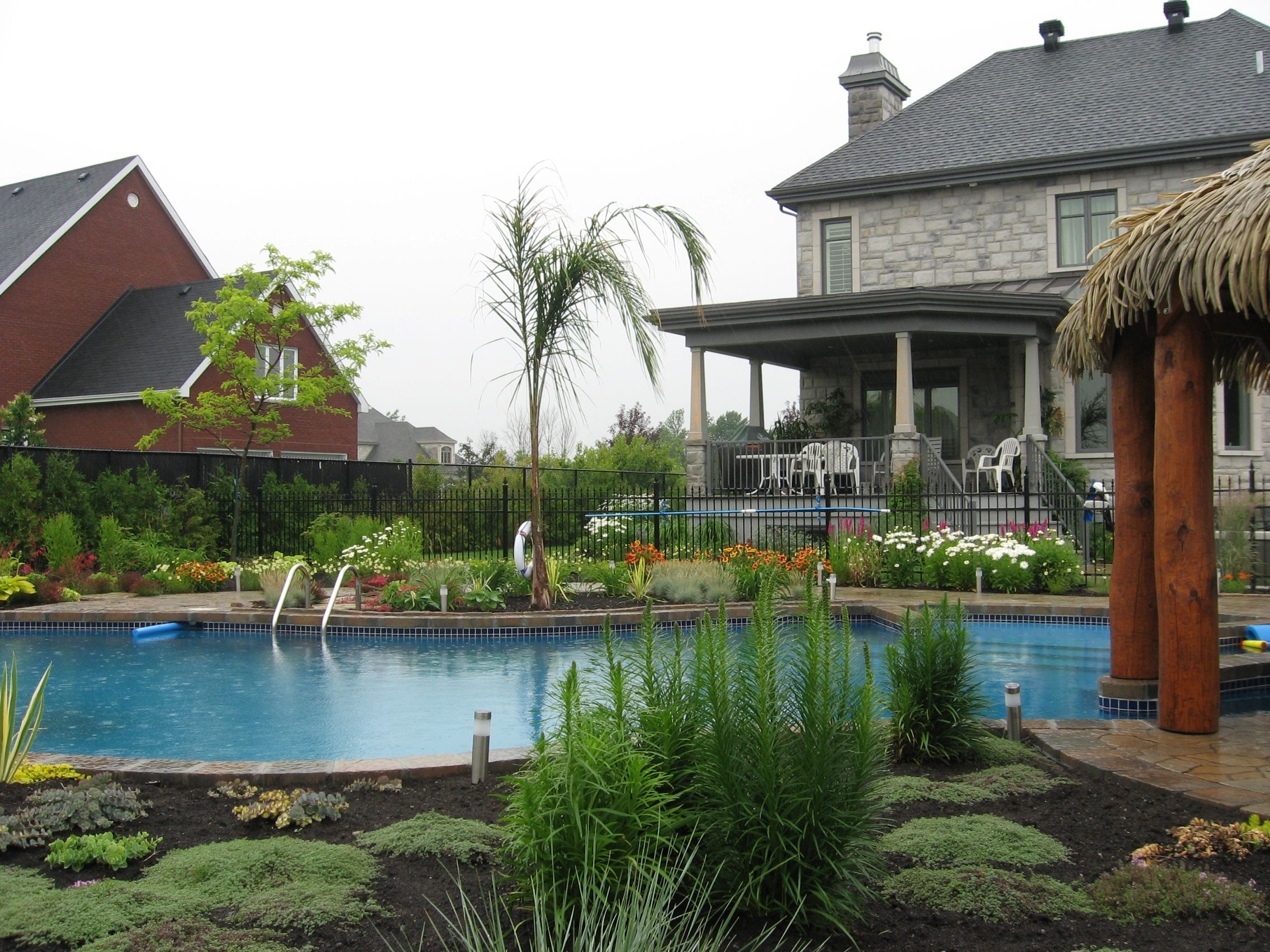 am nagement paysager piscine creus e grands espaces de plantation style exotique vivaves et. Black Bedroom Furniture Sets. Home Design Ideas