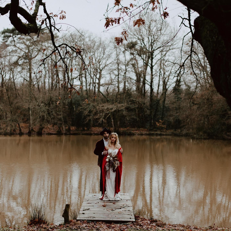 Remenber 24 décembre - mariage d'hiver en forêt . @fannyparisphotographe / @marionsnousdanslesbois / @doe.shop / @kamelioncouture / @domainedelathiemay #atelierfloral #foliedouceflower #fleuristenantes #fleuristemariage #mariage2021 #nantescity #igersnantes #fleurssechees #fleursmariage #mariagechampetre #mariageboheme  #creatricedebijoux #creatricenantes #fleursmariage #bouquetdefleurs #decorationinterieur #homemagazine #weddingdecor #sinspirersemarier #bouquetdemariée #bridetobe2021
