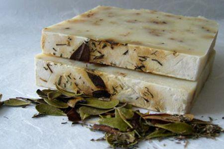 El jabón de Marsella fue uno de los primeros jabones de tocador que empezaron a usarse allá por el siglo XV y su formula ha llegado hasta nuestros días.