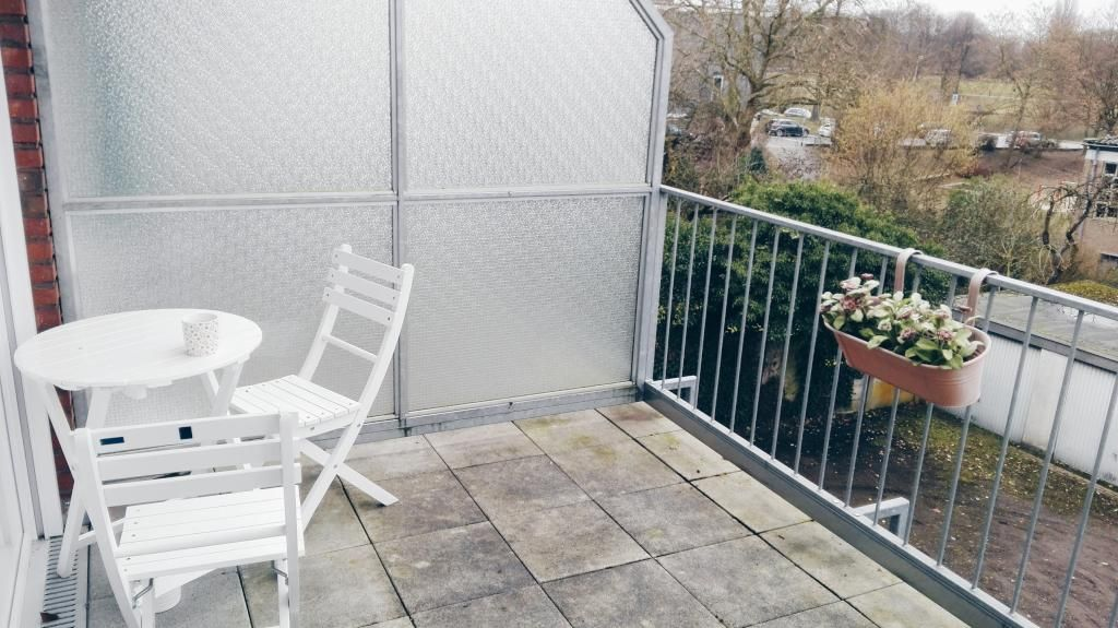 Großer Balkon mit schöner, weißer Gartenmöbel. #balcony #flowers ...