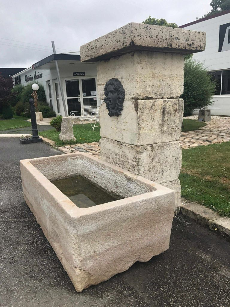 Fontaine de jardin en pierre ancienne. Pierre calcaire ancienne ...