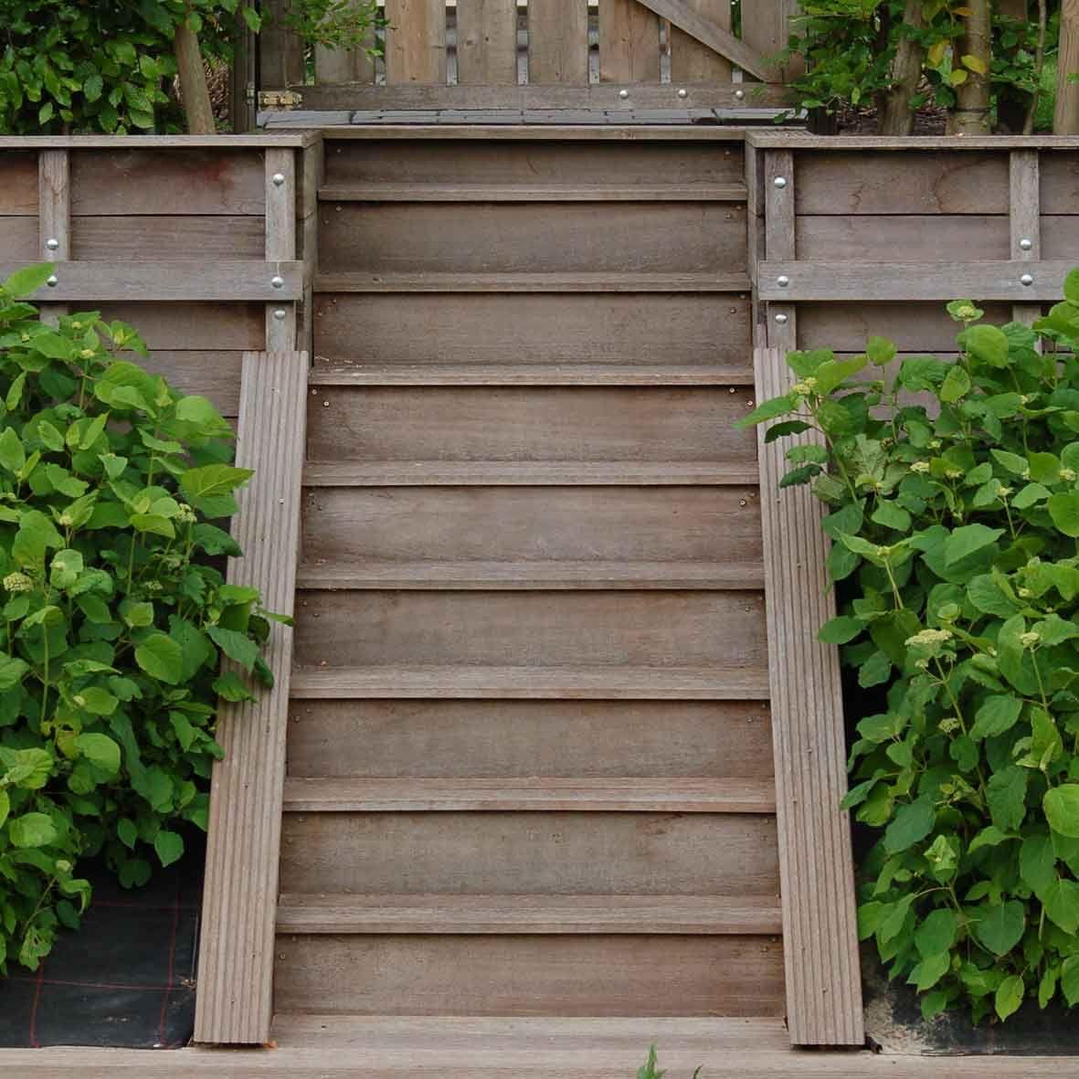 Mooie trap in de tuin. Deze trap is verwerkt in een beschoeiing.