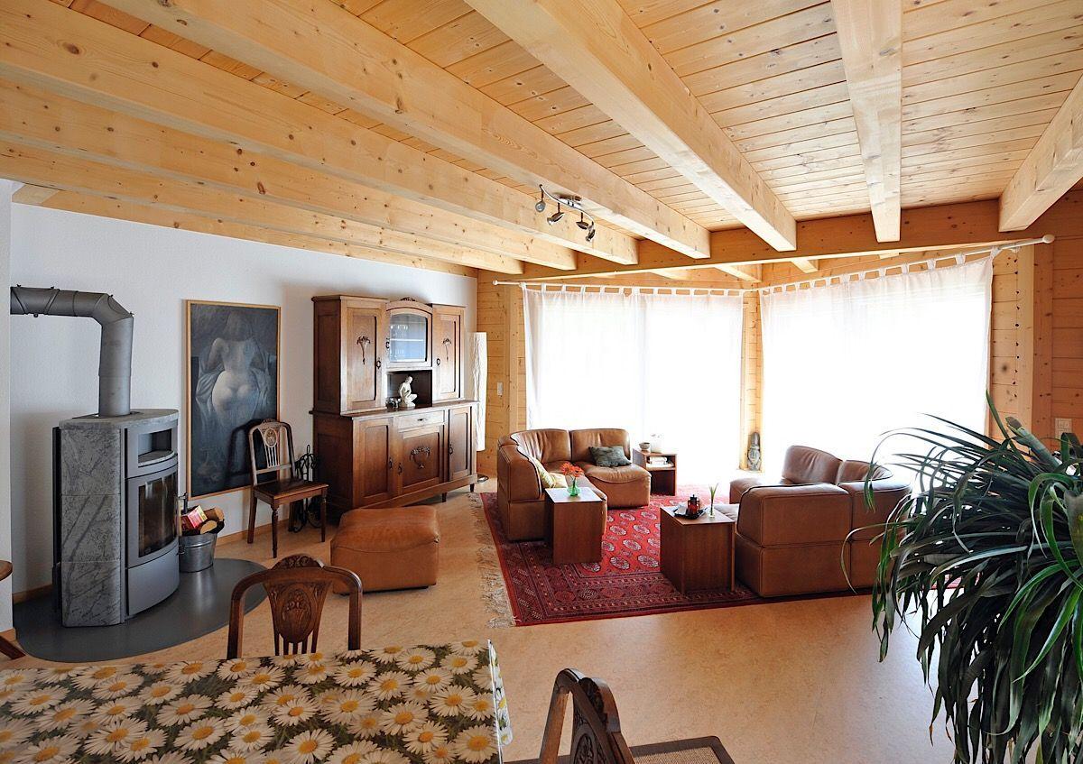 Wohnzimmer mit Kamin & Holzbalken Decke im Landhausstil