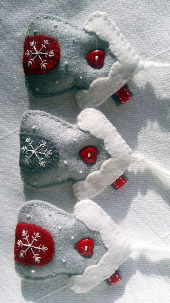 Ensemble de trois ornements en feutre de maison de flocon de neige d'hiver blanc-rouge-gris / décoration suspendue   – Feutrine