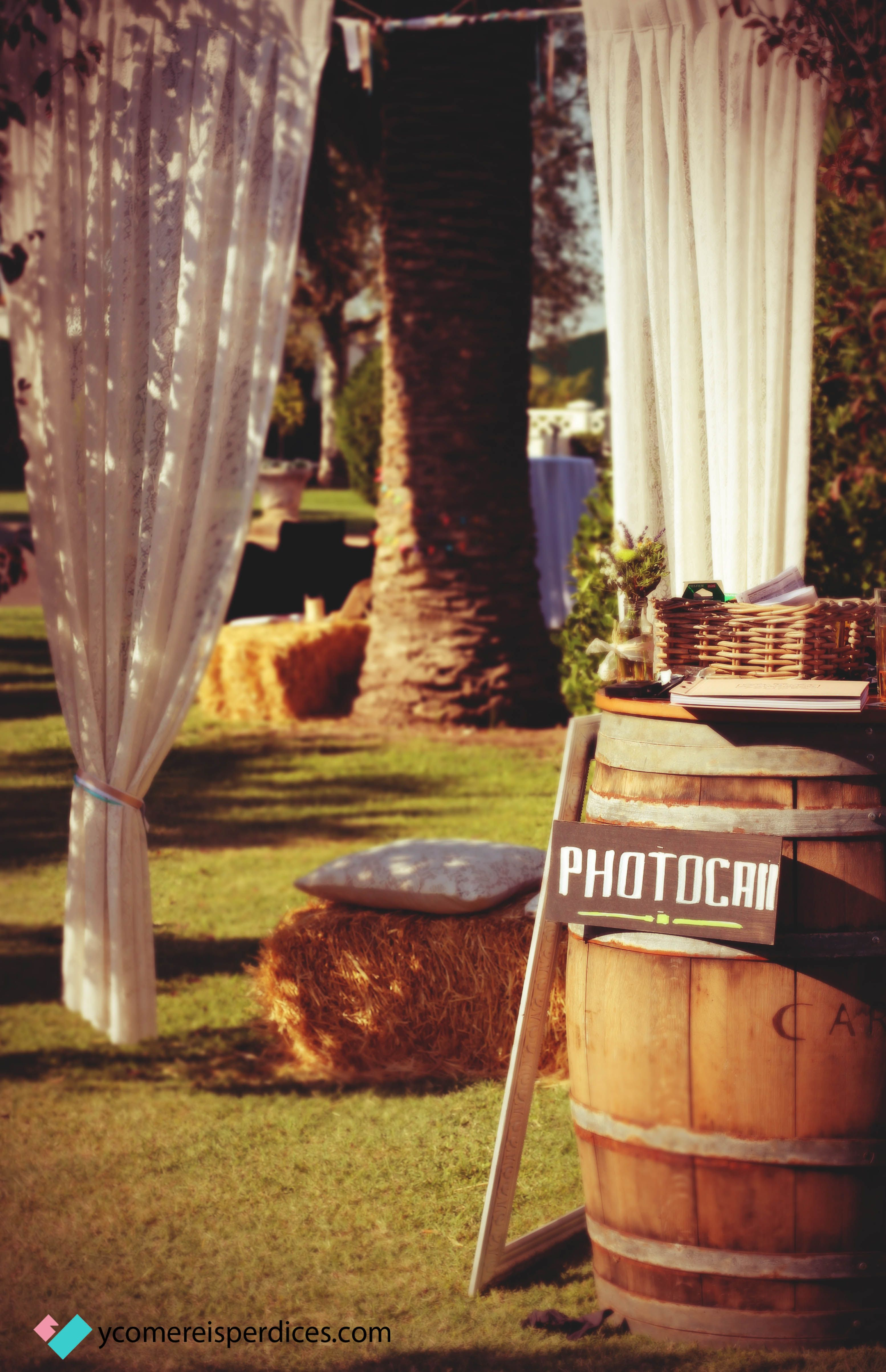 Photocall en una boda rústica.
