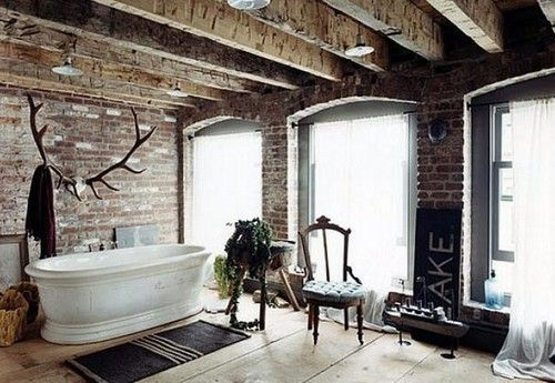Una parete di mattoni a vista per dare un tocco rustico e accogliente alla casa (fotogallery)