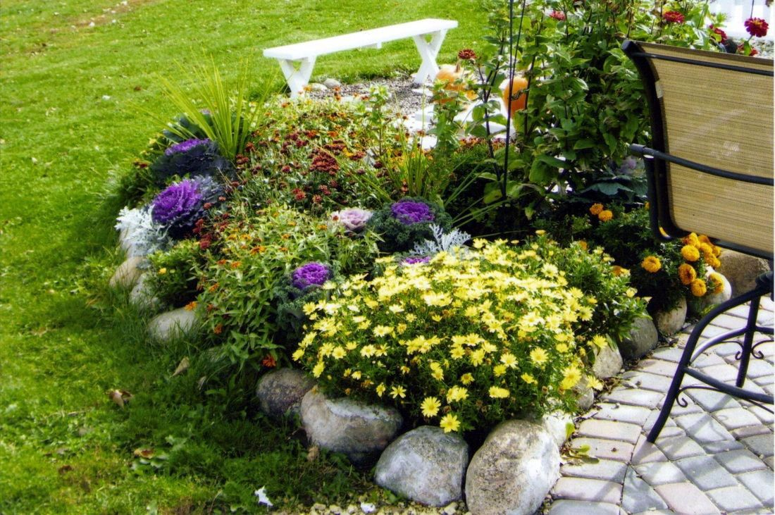 Unfamiliar flower bed border trim just on