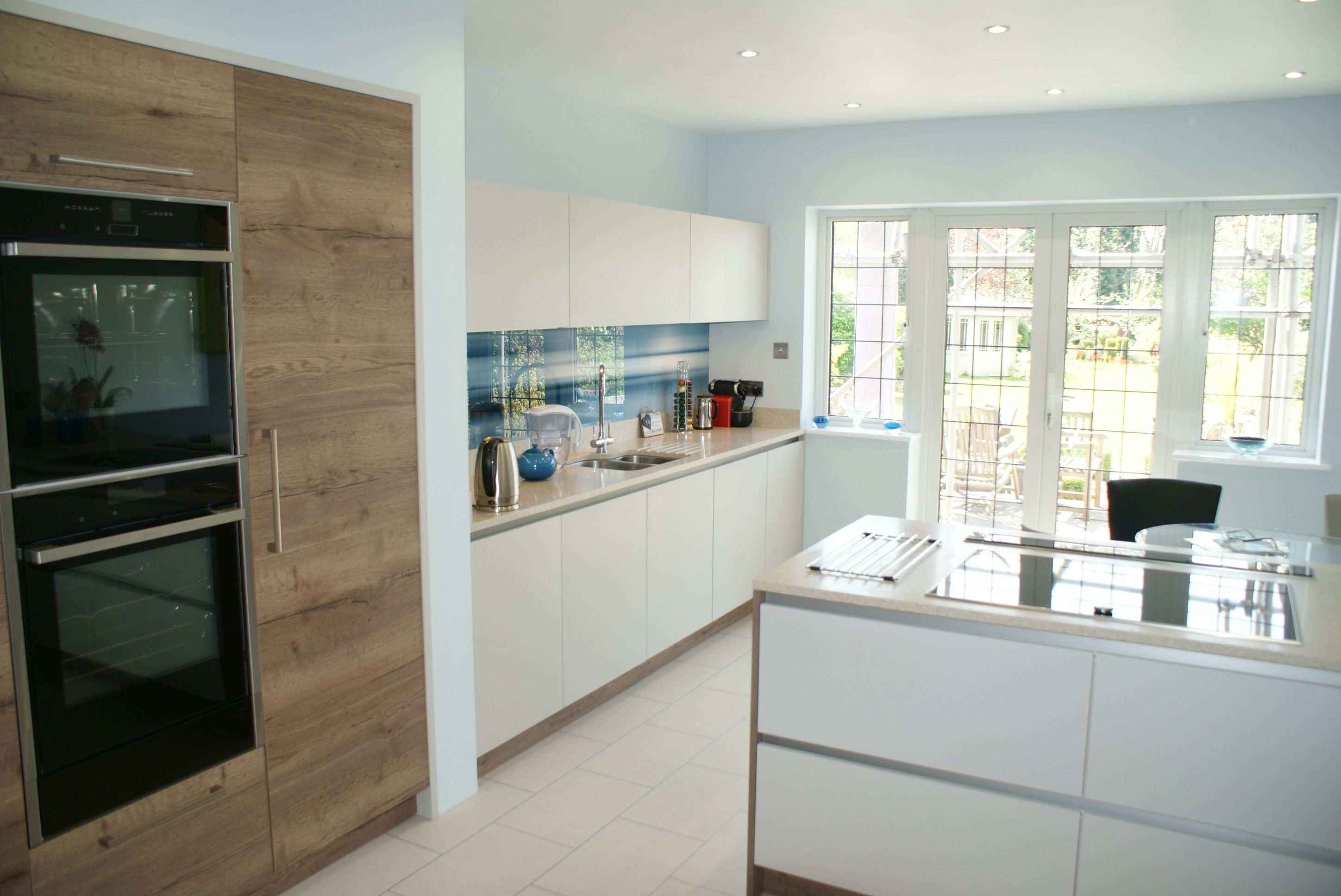 High White Gloss Handle less Kitchen with Glacier White Mistral ...