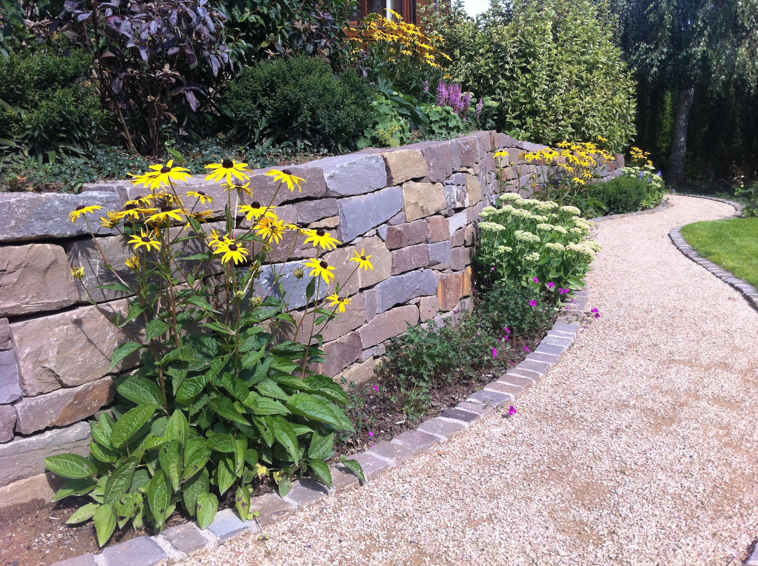 Klassische Gartengestaltung Von Rheingrun Hier Eine Grawacke Natursteinmauer Garten Moderner Garten Gartengestaltung