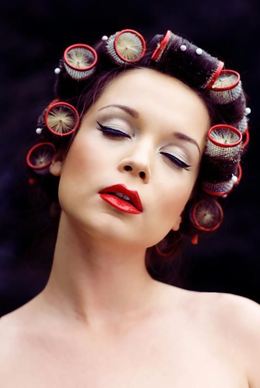 Bigoudis brosse et maquillage annee 60 woman with - Maquillage annee 60 ...