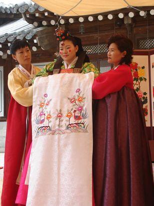 At This Korean Wedding Two Female Helpers Similar To Bridesmaids In An American Wedding Help With The Ge Korean Wedding International Bride American Wedding