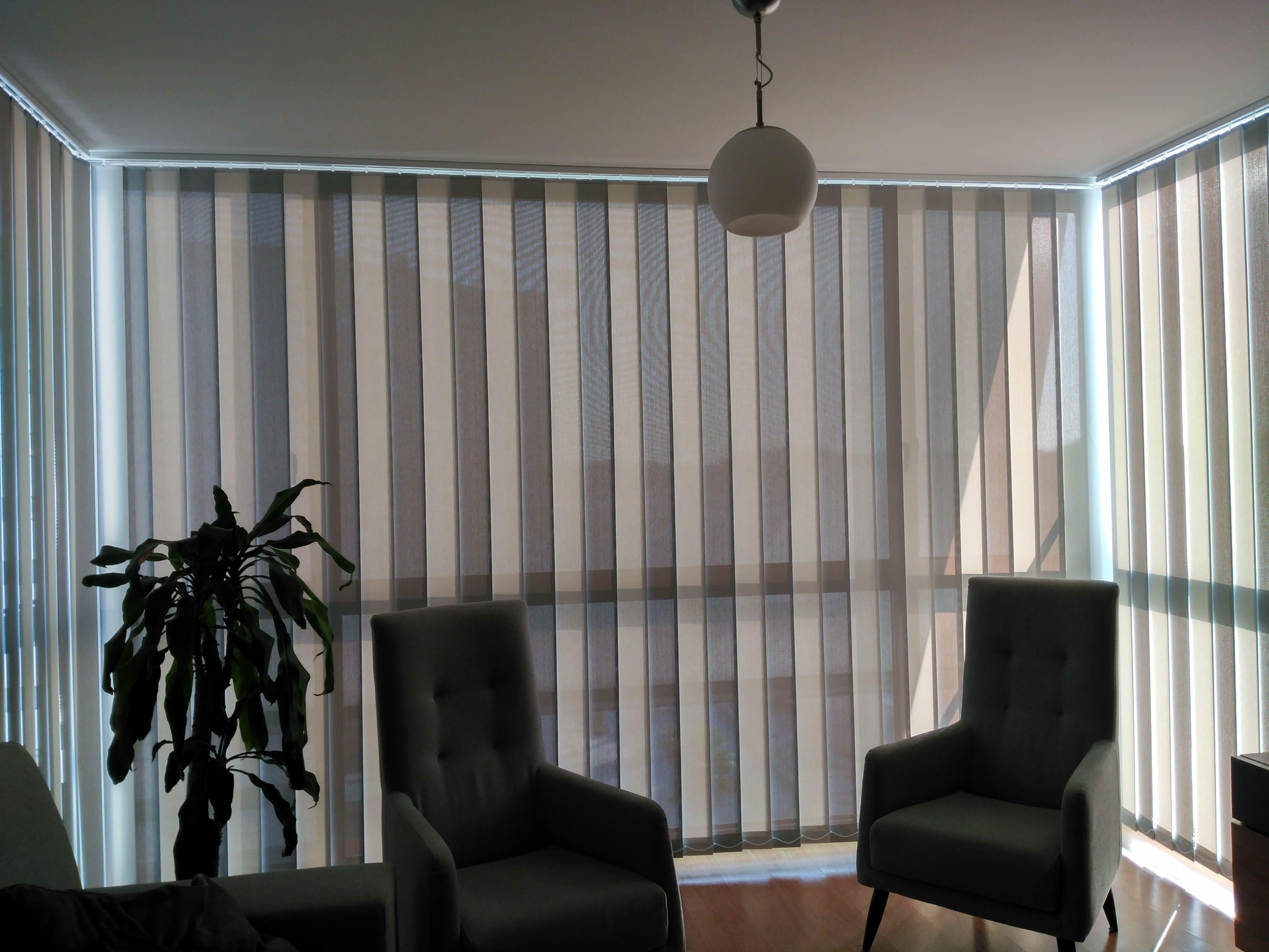 Preciosa cortina vertical confeccionada en tejido screen 1% con ...