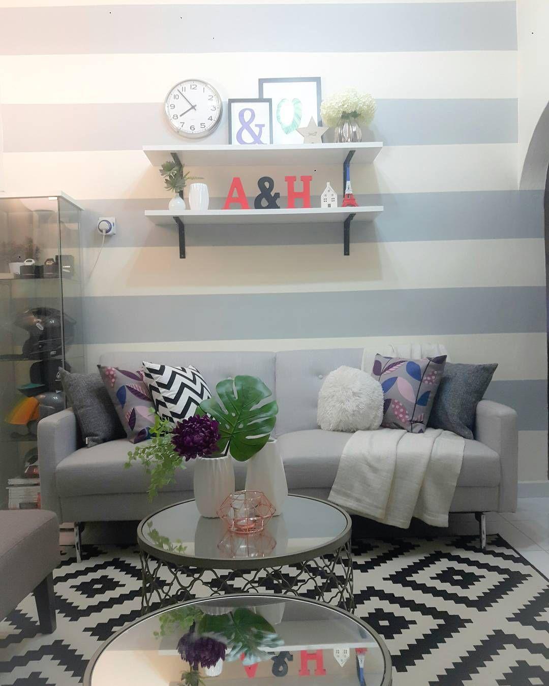 Rak Dinding Ruang Tamu Minimalis Dengan Karpet Cantik