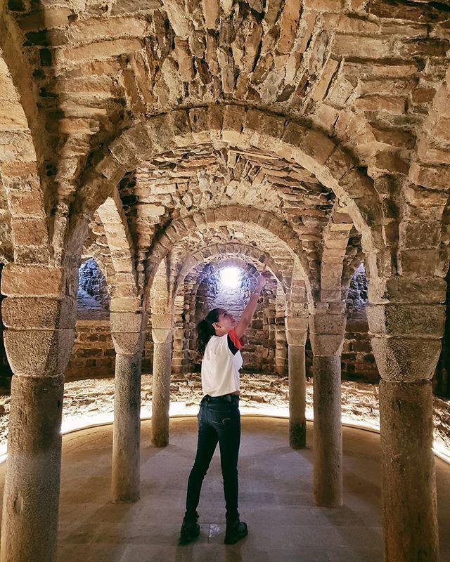 Señalando las paredes del Castillo Medieval de Cardona y admirando su grandeza histórica. @bcnmoltmes @osonaturisme #osona #cataluna