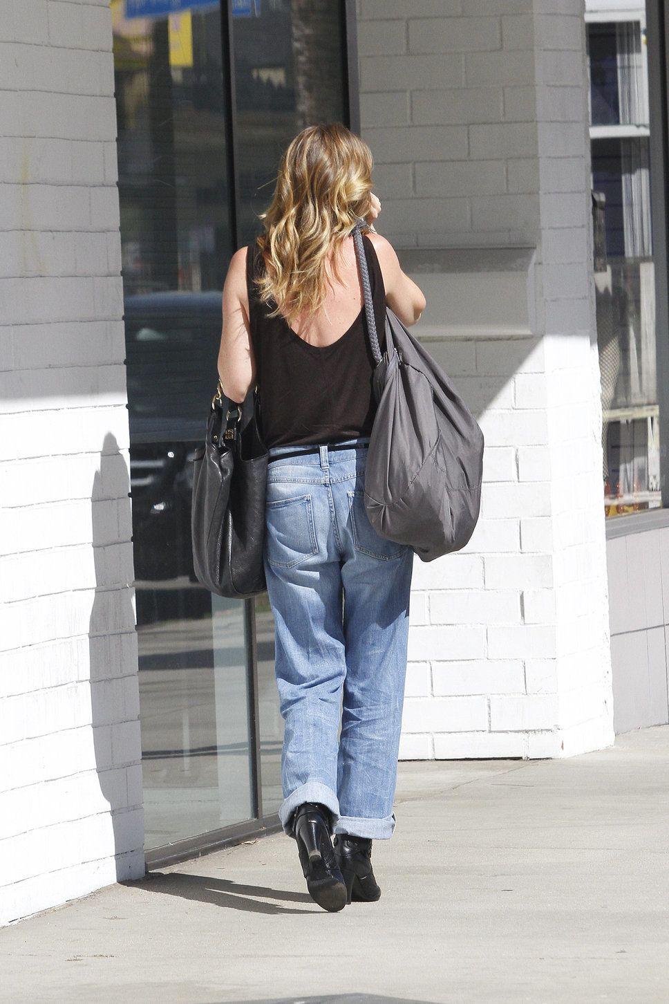 Ellen Pompeo baggy boyfriend jeans black tanktop short black boots ...