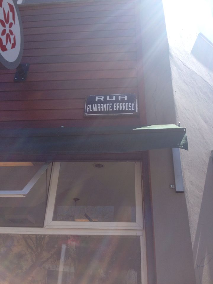 IDENTIFICAÇÃO. Placa de identificação da rua Almirante Barroso.