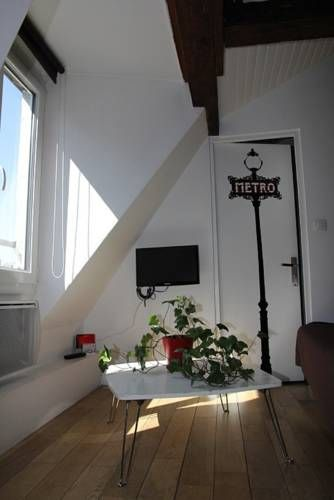 Lily studio Paris Lily studio offers accommodation in Paris, 900 metres from Pompidou Centre and 900 metres from Place de la République. The unit is 1.3 km from Louvre Museum.  A microwave and a toaster can be found in the kitchenette. A flat-screen TV is available.