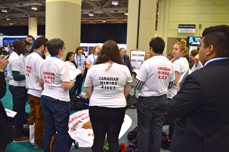 """""""La minería canadiense mata"""", indican activistas durante una vigilia en la convención de minería más grande del mundo."""
