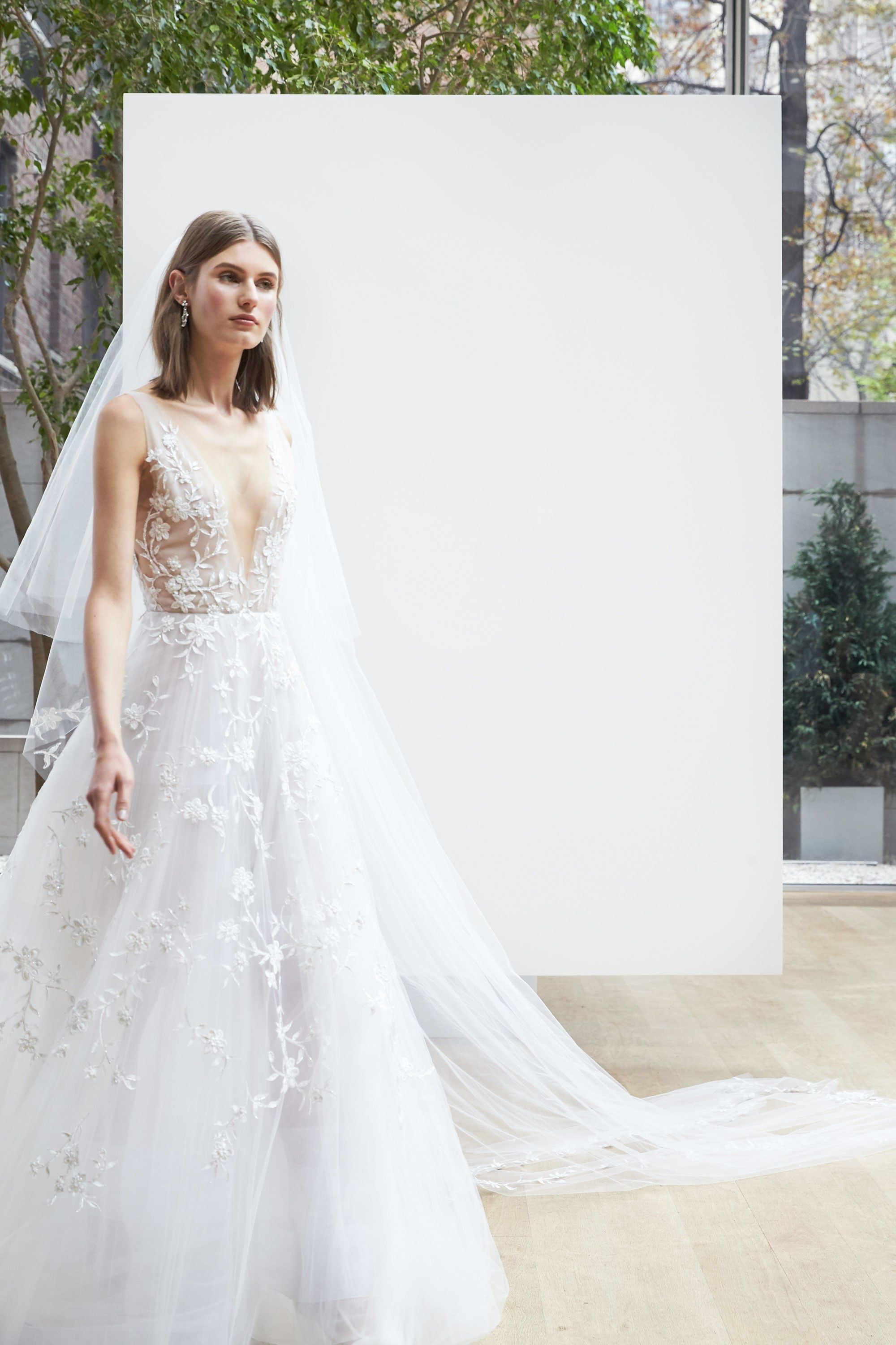 Oscar de la renta bridal spring 2018 fashion show oscar for Where to buy oscar de la renta wedding dress